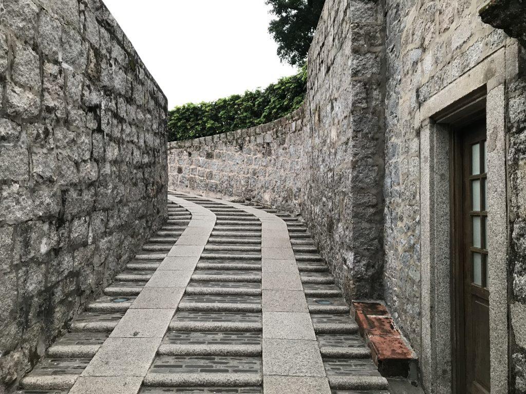 砦頂上への道