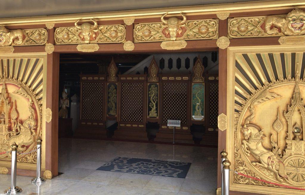 仏塔入り口