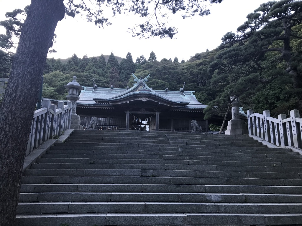 石段と社殿